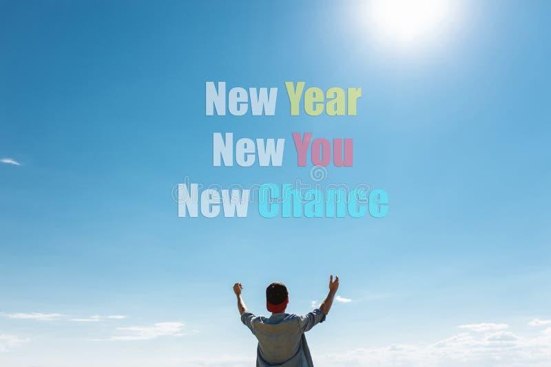 Grabben drar hans händer till himlen på som texten nytt år som är nytt mig, ny möjlighet begrepp jul, motivation royaltyfria bilder
