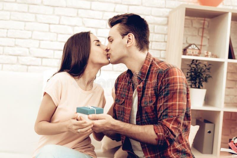 Grabben gör en gåva till hans flickvän på dag för valentin` s royaltyfri bild