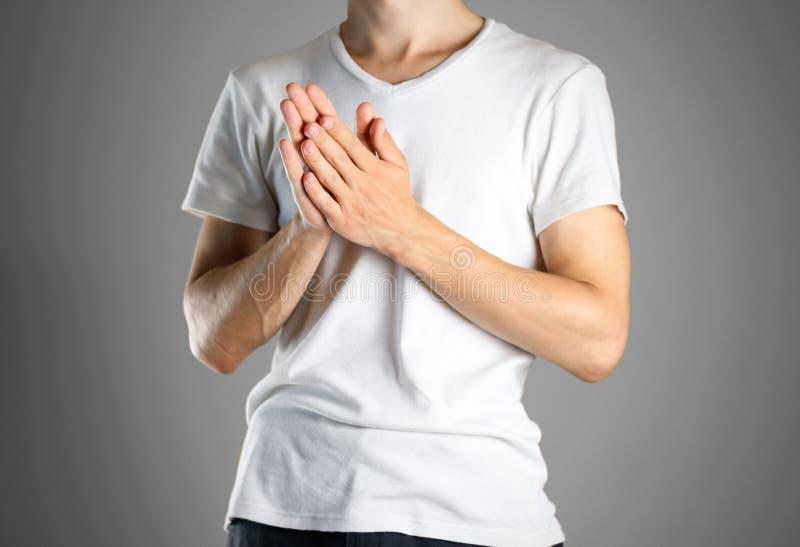 Grabben i den vita t-skjorta rubshanden - in - hand Gnider gömma i handflatan av dig arkivfoton