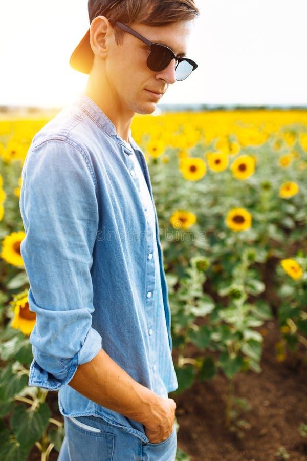 Grabben i exponeringsglas ligger under den bränning solen på gräset eller höet, sommarsemestern, stående av en man i exponeringsg royaltyfria foton