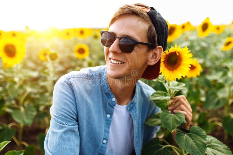 Grabben i exponeringsglas ligger under den bränning solen på gräset eller höet, sommarsemestern, stående av en man i exponeringsg royaltyfria bilder
