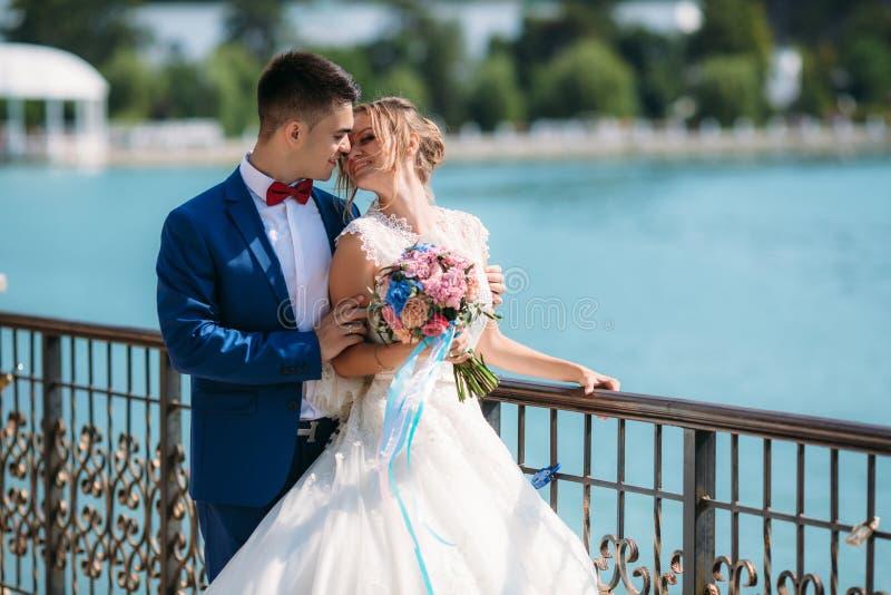 Grabben med flickan fick gift och blev i dag en familj Ungdomarär jätteglade tillsammans och ler på varje arkivbilder