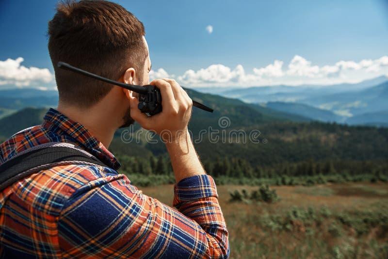 Grabben meddelar via walkie-talkie i berg royaltyfria bilder