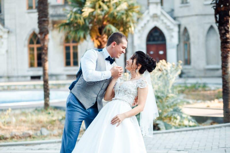 Grabben och flickan ler p? de Klassiska unga brölloppar royaltyfria foton