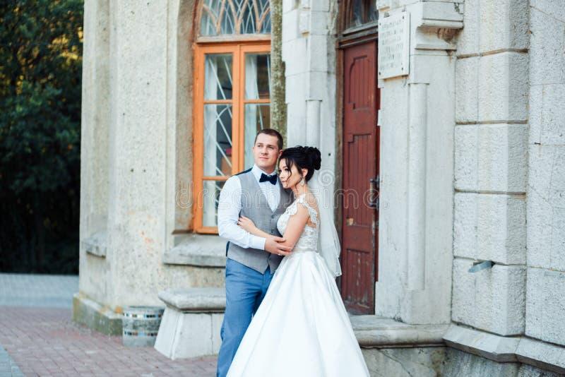 Grabben och flickan ler p? de Klassiska unga brölloppar royaltyfri bild