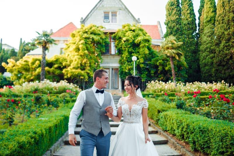 Grabben och flickan ler p? de Klassiska unga brölloppar royaltyfri fotografi