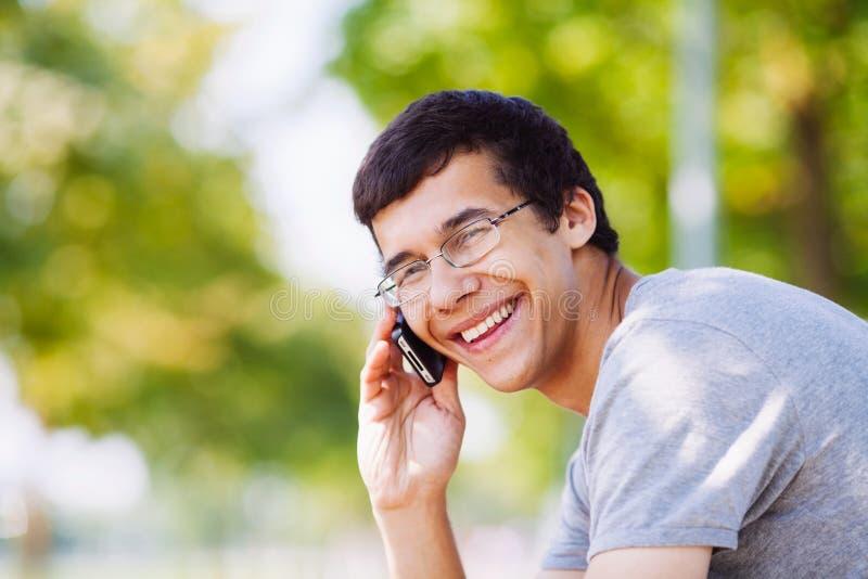 Grabben som talar på telefonen parkerar in arkivbilder