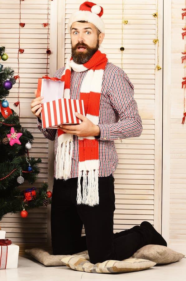 Grabben står vid julgranen Santa Claus med den förvånade framsidan arkivfoto