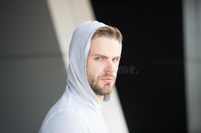 Grabben uppsökte och attraktiva omsorger om hans utseende Man med borstet på den allvarliga framsidan, stads- bakgrund som är def royaltyfri bild