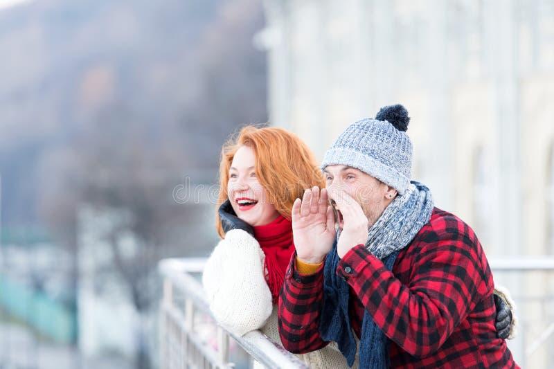 Grabbgråt på bron Män med den horn- och lyckliga kvinnan Lyckliga par som kallar till vänner Stads- par har gyckel i stad på bron arkivfoton