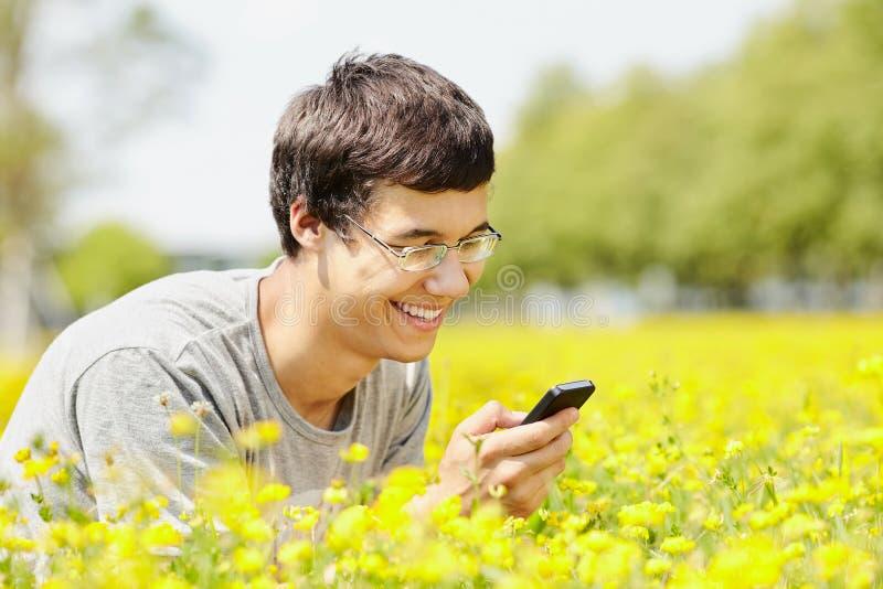 Grabbläsning från mobiltelefonen arkivbild