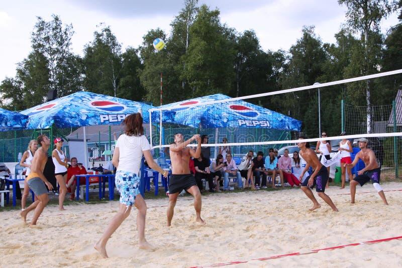 Grabblekvolleyboll på stranden moscow 07 08 2009 arkivbild