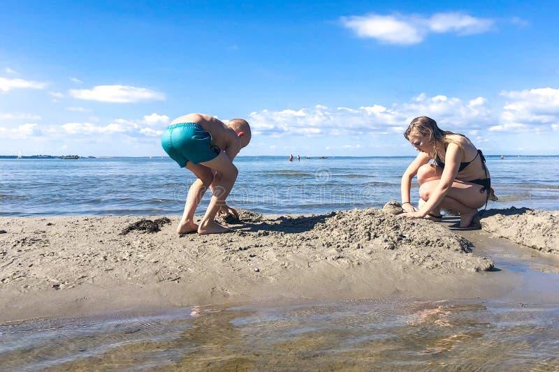 Graben in den Sand stockfoto