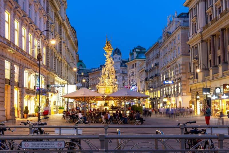 Graben ulica z Dżumową trójcy kolumną w centrum Wiedeń przy nocą, Austria obraz royalty free