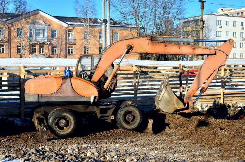Grabende Maschine des Baggers gräbt Erde mit Steinen lizenzfreies stockfoto
