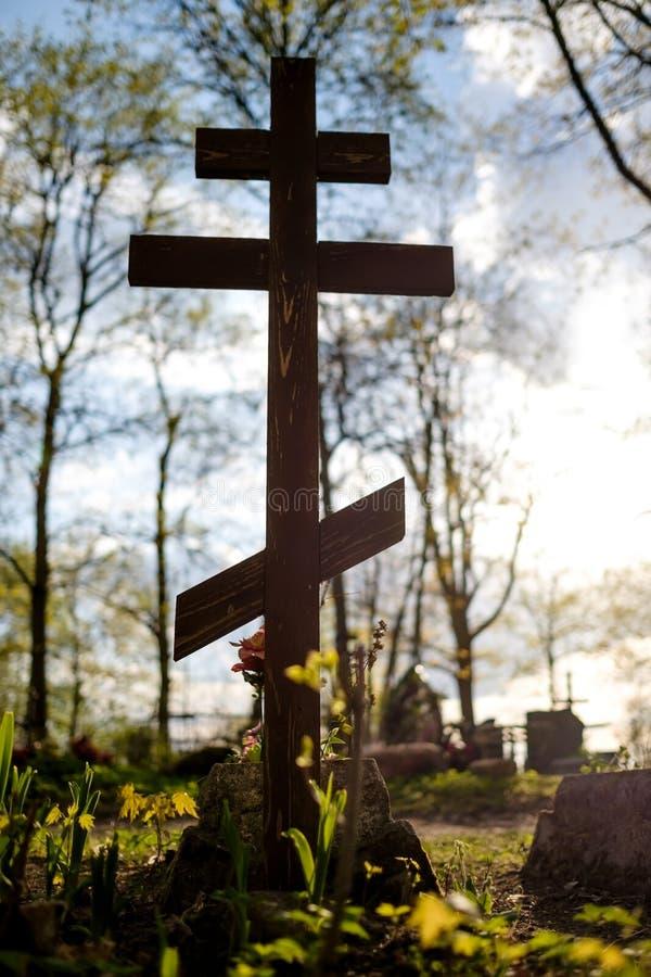 Grabkreuz auf dem orthodoxen christlichen Kirchhof am sonnigen Tag lizenzfreies stockfoto