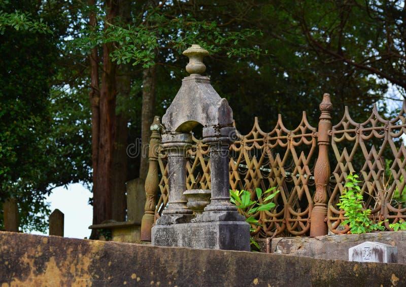 Grabstein nahe Holz stockfotos