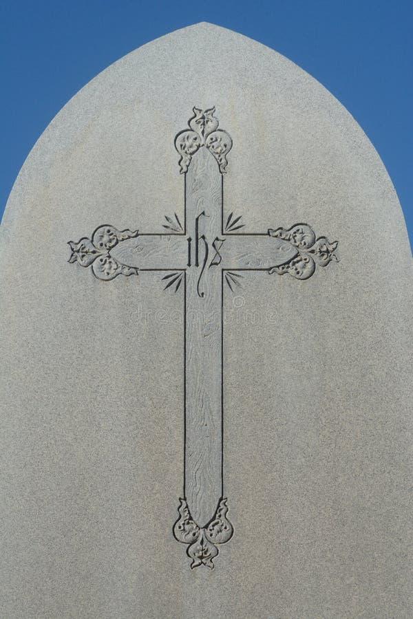 Grabsteindenkmal mit Kreuz und Christogram stockfotografie