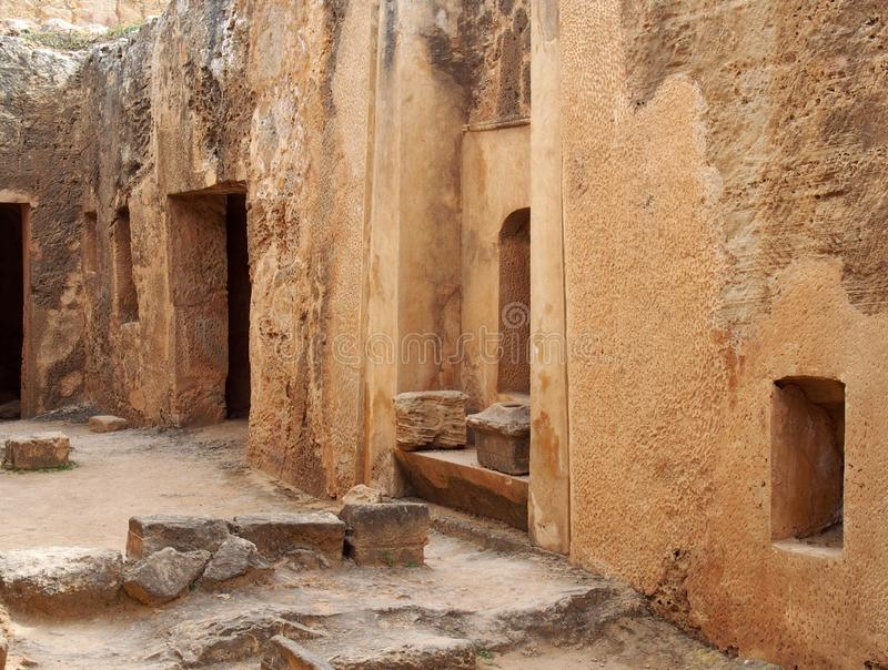 Grabt?ren und -nischen in einer geschnitzten Sandsteinwand, die eine Stra?e wie Ansicht in den Tempel des K?nigbereichs in den pa stockfoto