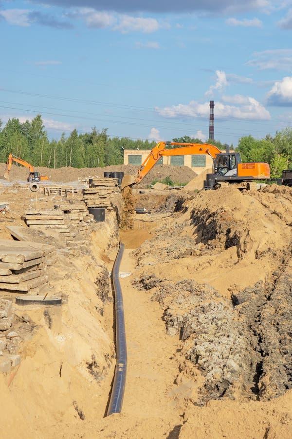 Grabung für Rohrleitungen und landschaftlich gestaltend, Ersatz des Bodens lizenzfreies stockbild
