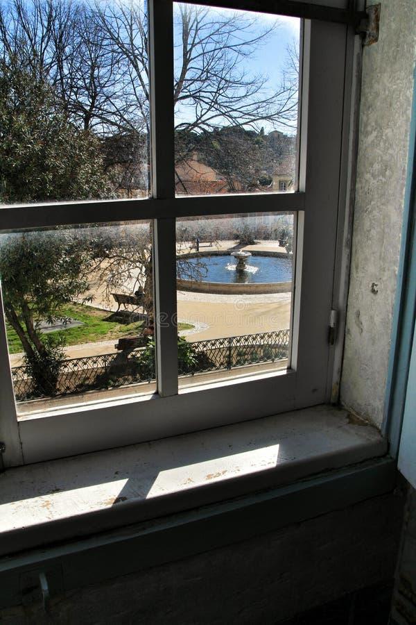 Graca-Quadrat in Lissabon durch gesehen dem Klosterfenster stockbild