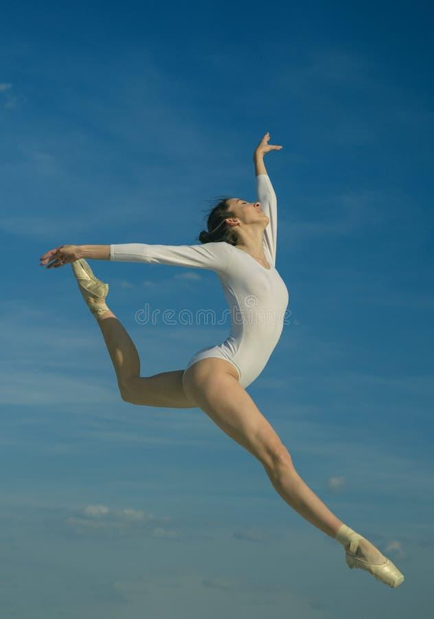 Grace και ομορφιά Κλασικό ύφος χορού Νέο ballerina που πηδά στο μπλε ουρανό χαριτωμένος χορευτής μπα& Όμορφη γυναίκα στο χορό στοκ φωτογραφία με δικαίωμα ελεύθερης χρήσης