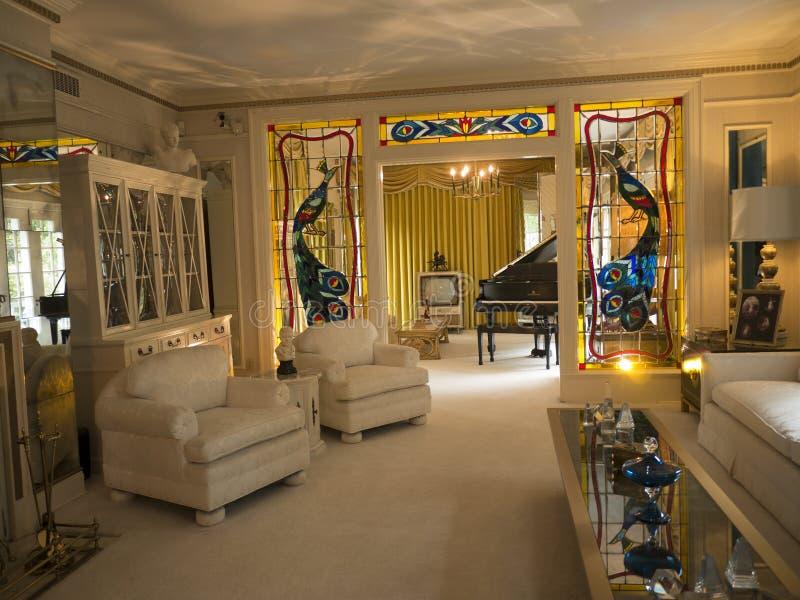 Graceland é a casa do cantor Elvis Presley no estilo de uma mansão antebellum e de um ímã para fan de música imagem de stock royalty free