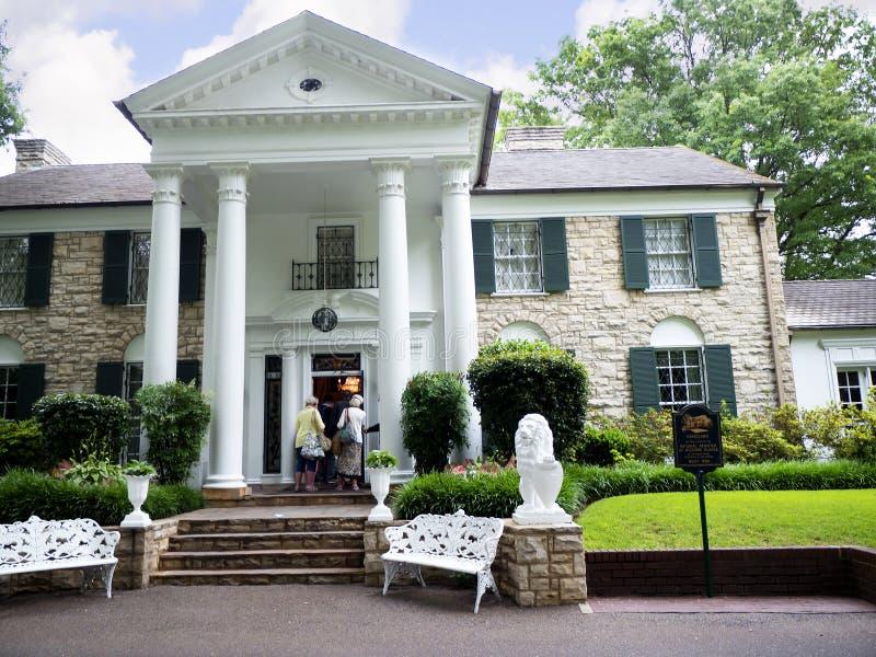 Graceland é a casa do cantor Elvis Presley no estilo de uma mansão antebellum e de um ímã para fan de música imagem de stock