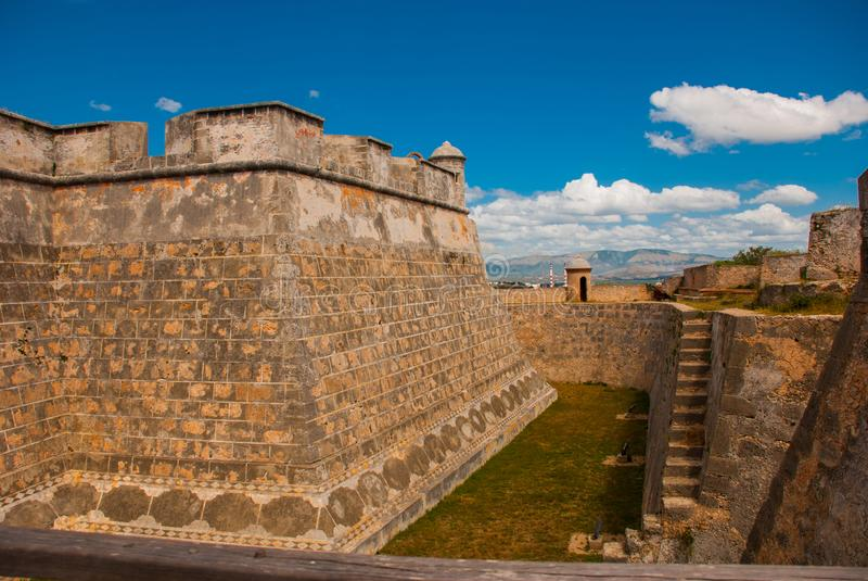 Gracht en muren van de oude vesting Fort Castillo del Moro Kasteel San Pedro de la Roca del Morro, Santiago de Cuba royalty-vrije stock afbeelding