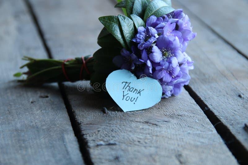 Gracias, escrito en etiqueta en forma de corazón foto de archivo libre de regalías