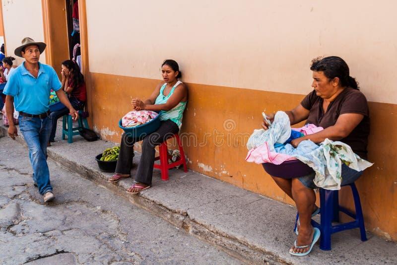 GRACIAS HONDURAS, KWIECIEŃ, - 14, 2016: Miejscowi karmowi sprzedawcy na ulicie w Graci obraz royalty free