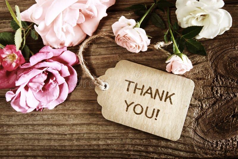 Gracias mensaje con las pequeñas rosas fotos de archivo libres de regalías