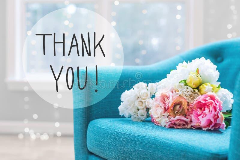 Gracias mensaje con los ramos de la flor con la silla imagenes de archivo