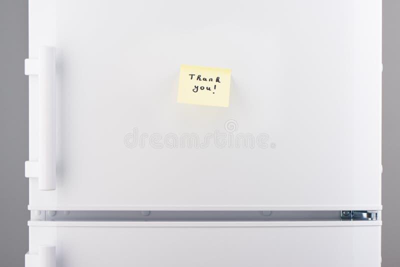Gracias observar en el documento pegajoso amarillo sobre el refrigerador blanco fotos de archivo