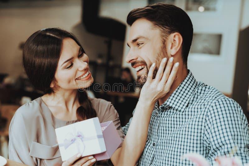 Gracias por buen regalo Muchacha hermosa y buen hombre Celebre el día feliz Romántico y amor en día el 8 de marzo Dulzura y amor  fotos de archivo libres de regalías