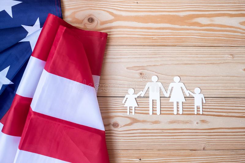 Gracias texto de los veteranos escrito en pizarra con la bandera de los Estados Unidos de América en fondo de madera imagen de archivo libre de regalías
