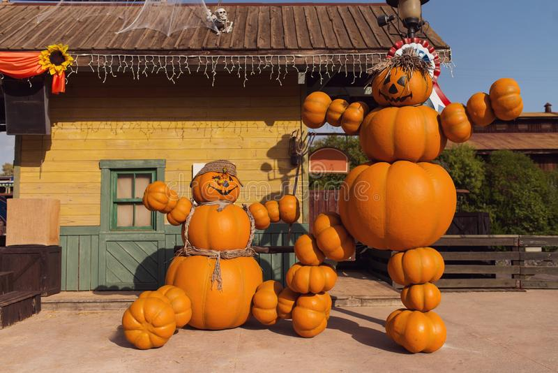 Graciosas figuras hechas de calabazas. Decoración de la calle Halloween. Feliz concepto de Halloween foto de archivo libre de regalías