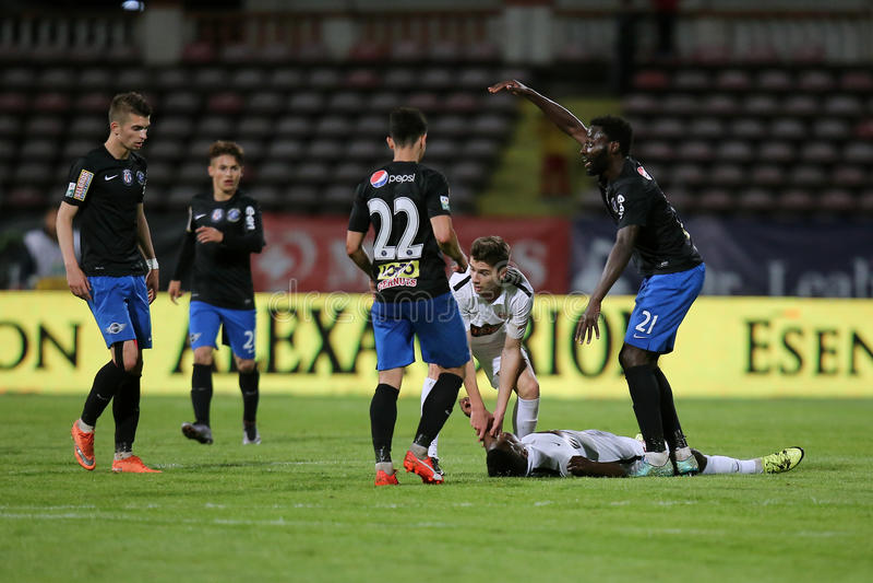 Gracz futbolu, Patrick Ekeng umiera po zawalenia się podczas Dinamo Bucharest gry zdjęcie royalty free