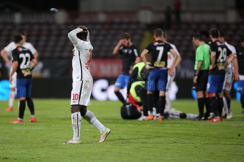 Gracz futbolu, Patrick Ekeng umiera po zawalenia się podczas Dinamo Bucharest gry zdjęcia royalty free