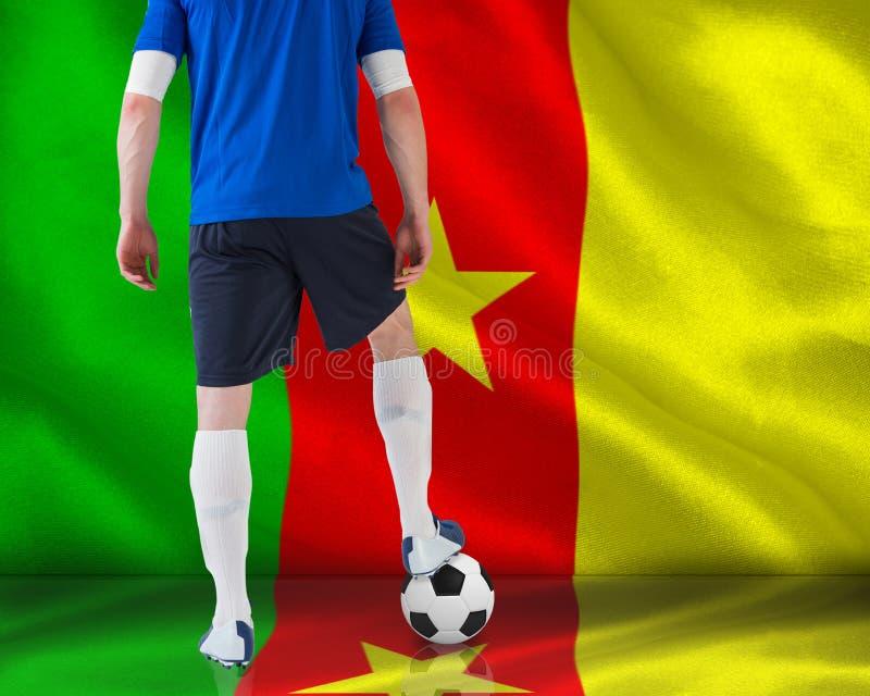 Gracz futbolu pozycja z piłką obrazy stock