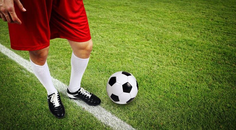Gracz futbolu z piłką obraz stock