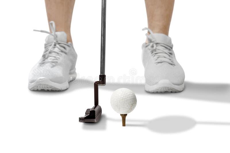 Gracz golfowy z kijem golfowym, gotowy uderzyć w piłkę obraz royalty free