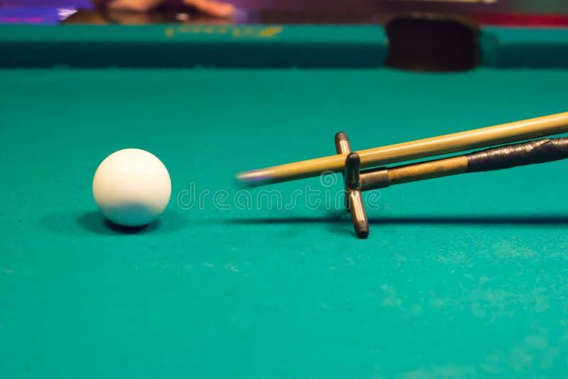Gracz jest mknącym snookeru piłką obrazy royalty free