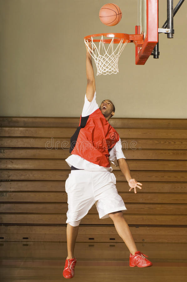 Gracz Koszykówki Brakuje trzaska wsad obraz stock