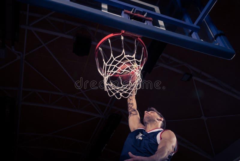 Gracz koszykówki, niskiego kąta widok, trzaska wsad zdjęcia royalty free