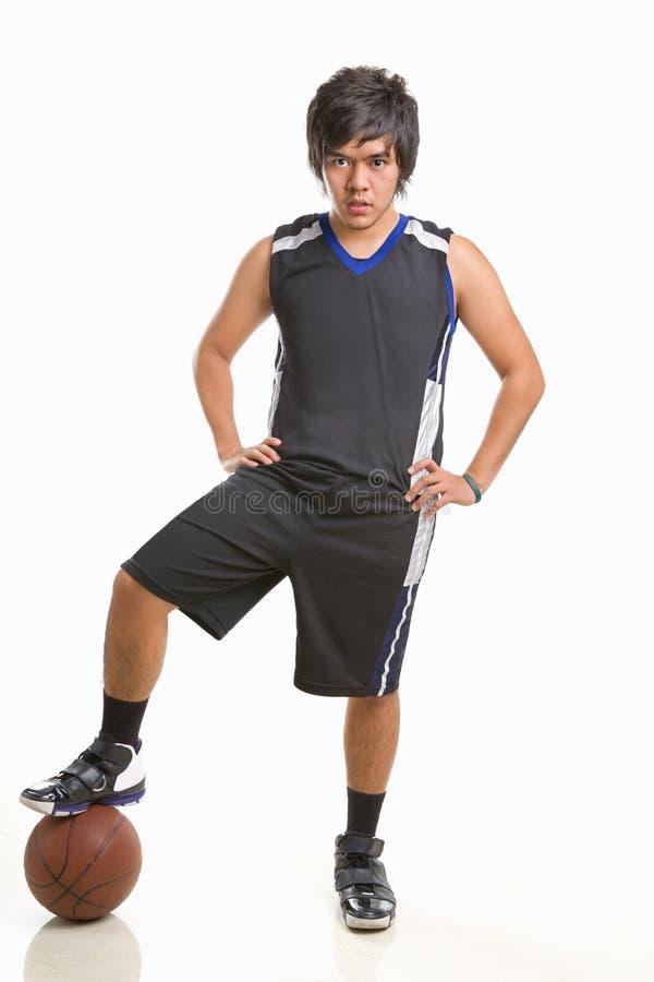 gracz koszykówki poza obraz stock