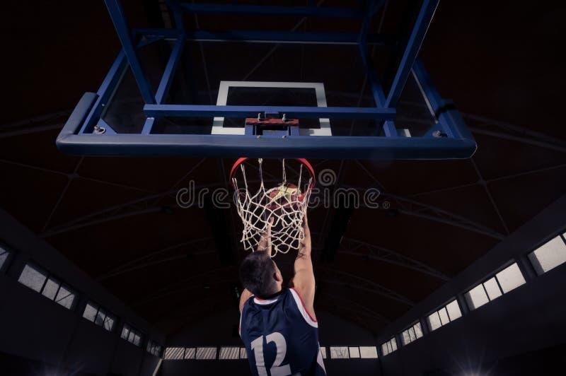 Gracz koszykówki, trzaska wsad, tylni widok, plecy zdjęcia stock