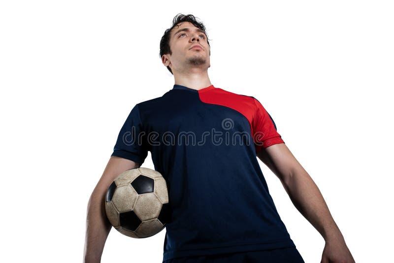 Gracz piłki nożnej gotowy bawić się z soccerball przy stadium pojedynczy bia?e t?o obraz stock