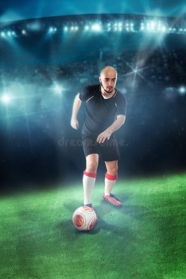 Gracz piłki nożnej mknąca piłka w grą obrazy royalty free