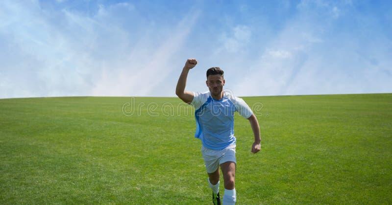 Gracz piłki nożnej na trawie z niebem zdjęcia royalty free